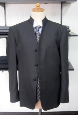マオカラースーツとは違うカラヤンスーツの特徴は棒タイ・蝶タイを締めて居ウイングカラーシャツやレギュラーカラーシャツを着てインナ-でも多彩なコーディネイトを演  ...